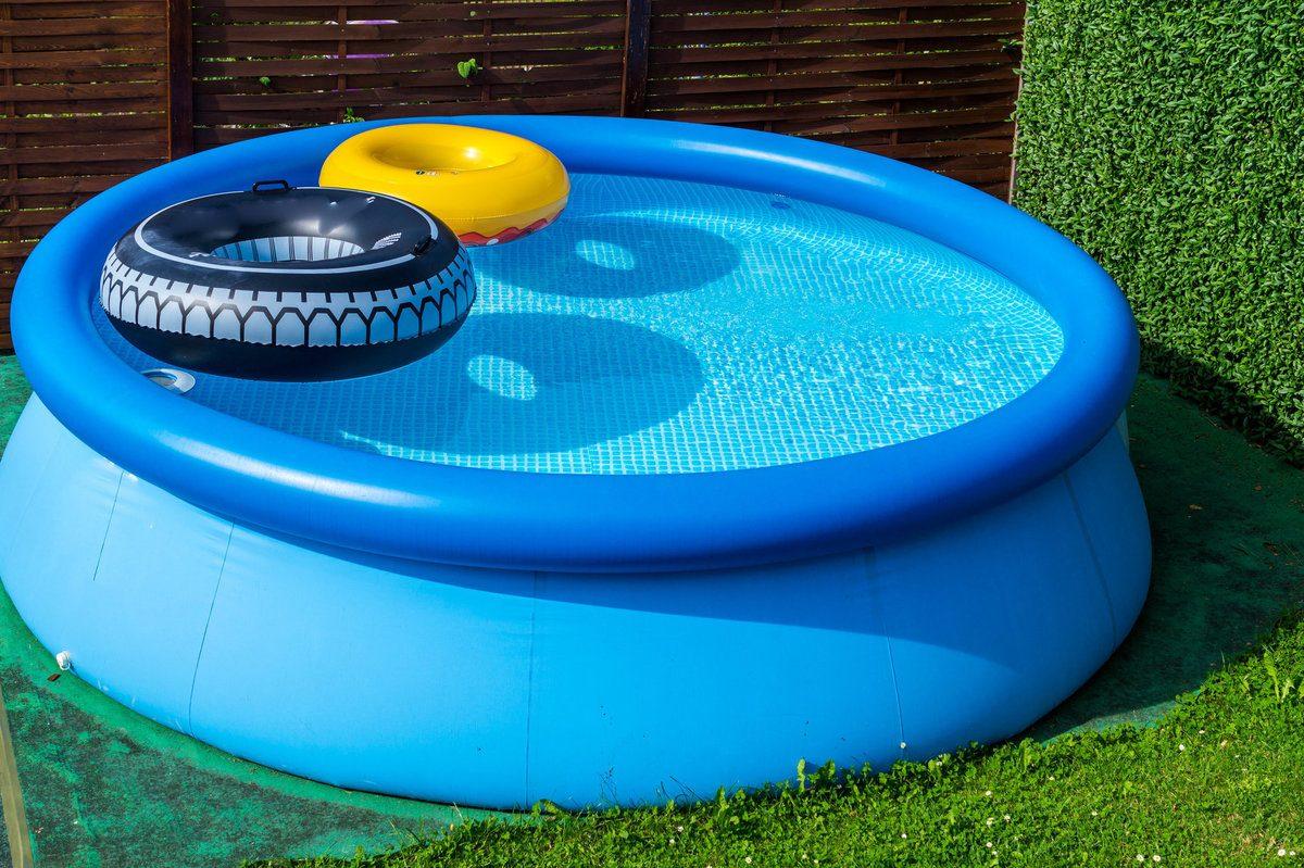 Piscine gonflable bleue dans un jardin