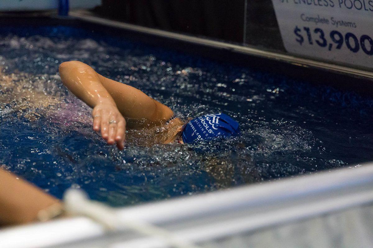 Nageur professionnel nageant dans une piscine endelss