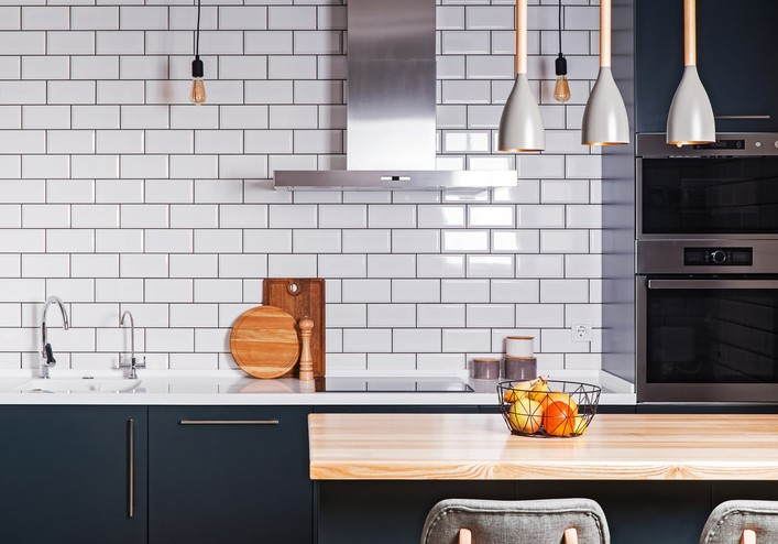 White ceramic backsplash in a kitchen